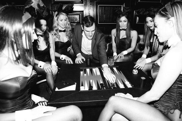 Hugh-Hefner-backgammon